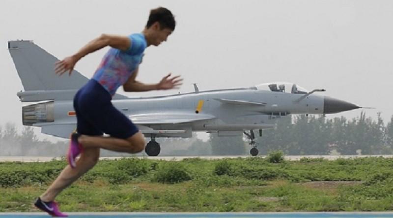 Как китайский бегун обогнал военный самолет