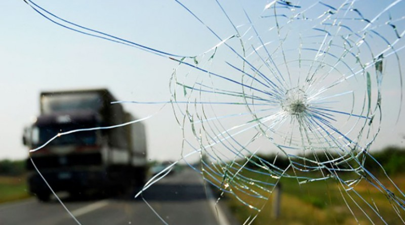 Удаление трещин на стекле авто - какие неприятные инциденты случаются в дороге