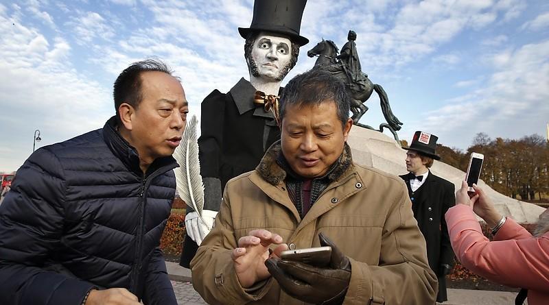 Китайские туристы в Санкт-Петербурге.