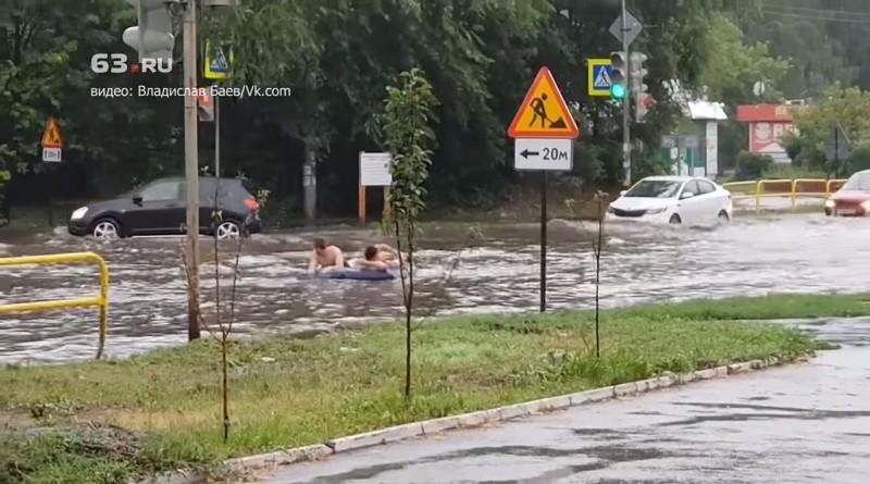 Заплыв по улицам Тольятти - местные жители не теряют оптимизм и находят преимущества ситуации