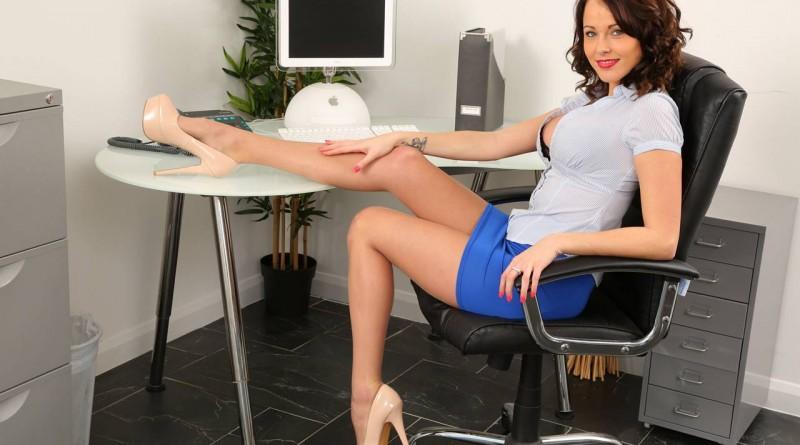 Буйная секретарша отметилась агрессивным поведением в офисе (23 фото)