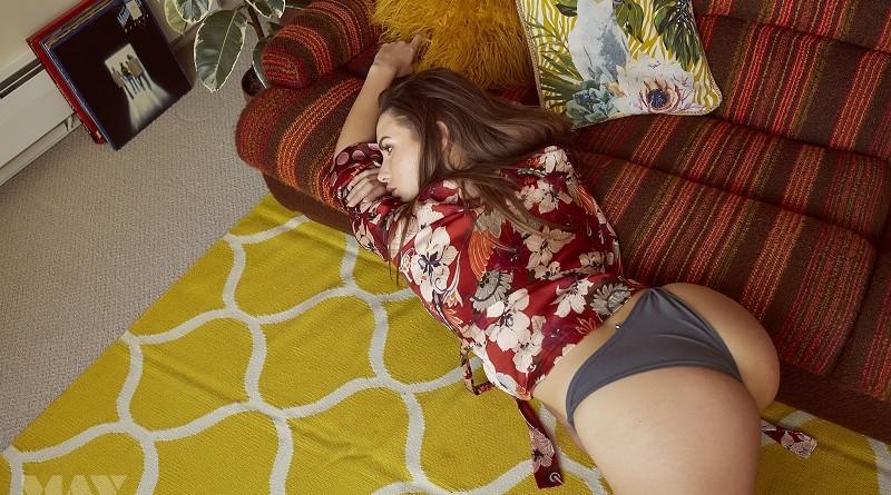 Сабина Емельянова устроила раздевание в домашней обстановке и выложила всё в интернет (52 фото)