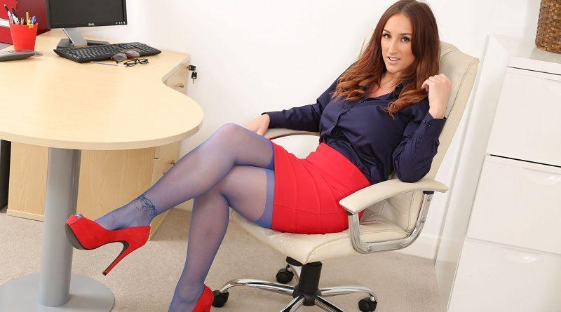 ПЫШНОГРУДАЯ красотка Стейси Пул показала МАСТЕР-КЛАСС в сфере офисного раздевания