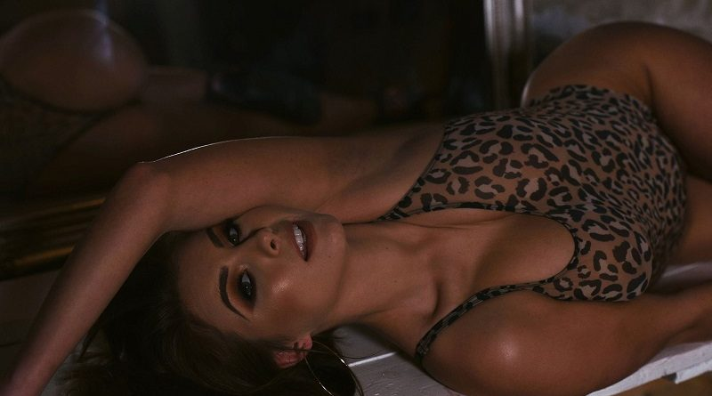 Сара Макдональд ЭФФЕКТНО засветила груди и ягодицы в леопардовом боди (37 фото)
