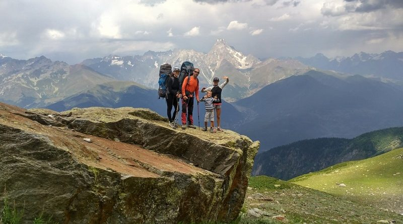 Туризм в России - где записаться на поход в горы с проживанием в палатках