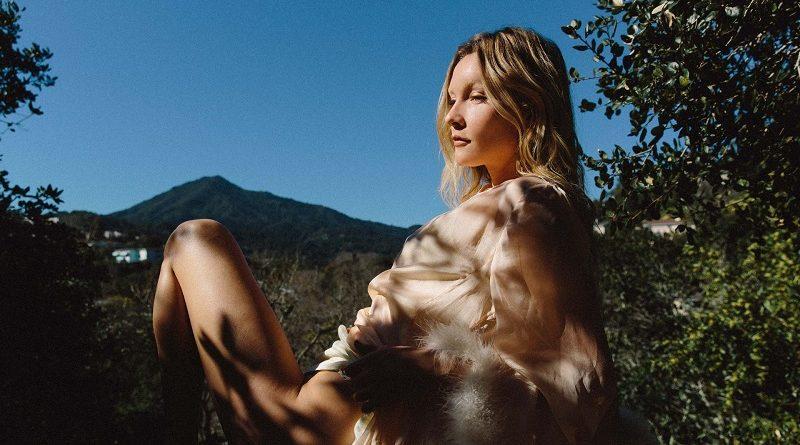 Алексис Карэнэ разделась для Playboy на природе и скупалась в джакузи (34 фото)