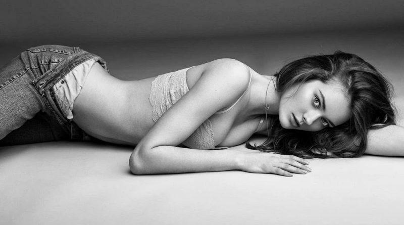 Моника Джагасиак часто снимается с открытой грудью (44 фото)