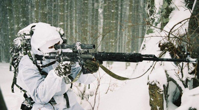 Снайпер скрылся в холмистой местности зимой. Попробуйте обнаружить позицию