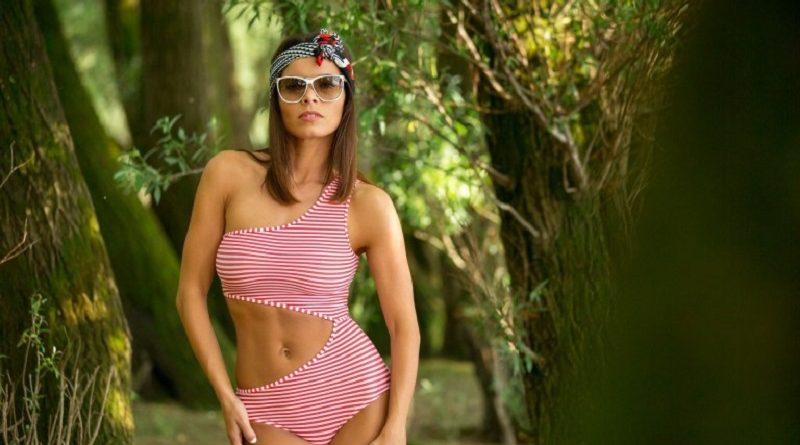 Натали Костелло раскрыла потенциал полосатого купальника и засветила голые формы (40 фото)