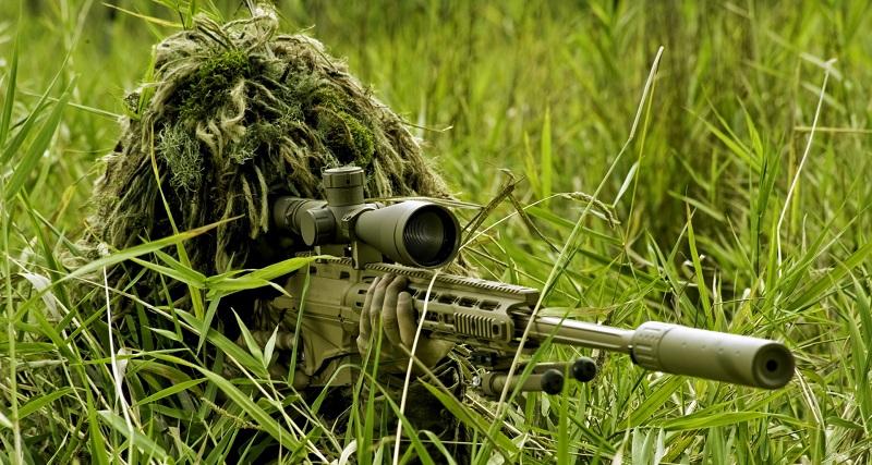 Снайпер находится в лесу и занял позицию замаскировавшись в траве. Попробуйте найти стрелка на фото