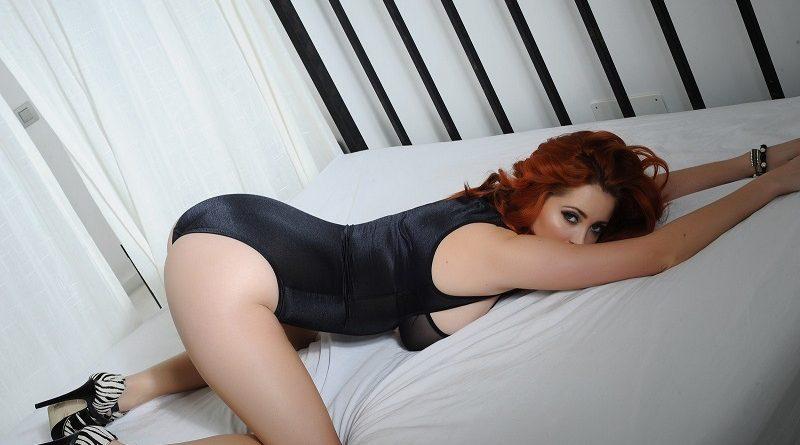Люси Коллет позировала в прозрачном нижнем белье на кровати (70 фото)