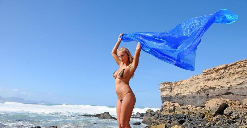 Маркета Печхова провела горячую съёмку возле океана (78 фото)