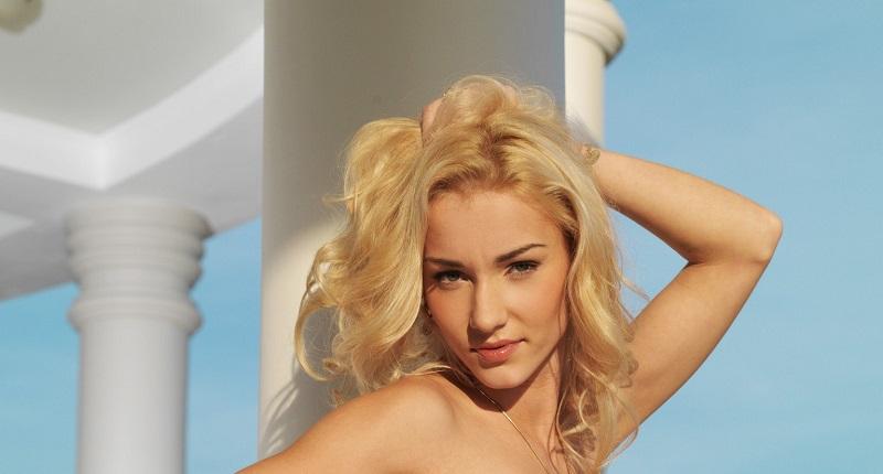 Блондинка Наталья появилась в оригинальном платье и стильных очках (65 фото)